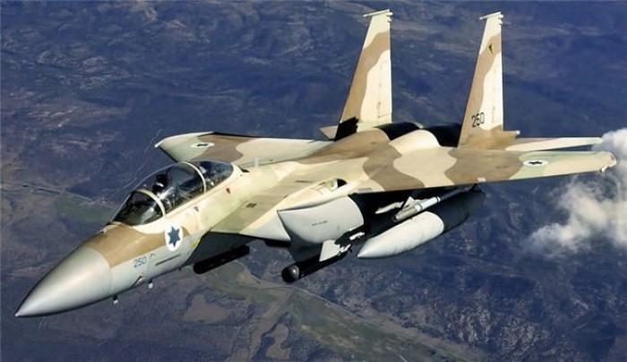 طائرات إسرائيلية حربية تحلق على علو منخفض في سماء بيروت