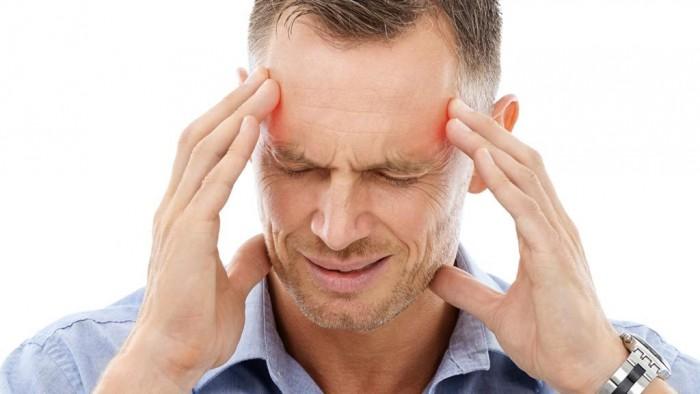 احذروا من أعراض السكتة الدماغية.. صداع بالرأس