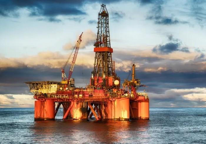 تراجع أسعار النفط تزامنًا مع هبوط الخام الأمريكي لأقل مستوى