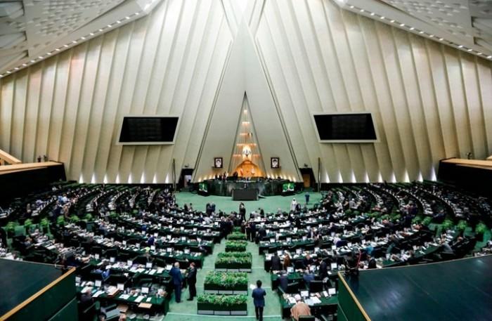 نواب بالبرلمان الإيراني يهددون روحاني بسبب مساعي للتفاوض مع ترامب