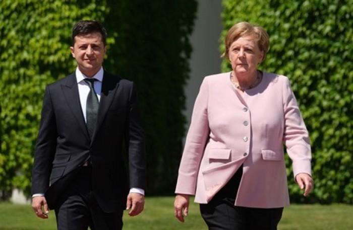 ميركل ورئيس أوكرانيا يجريان اتصالا هاتفيا لهذا السبب