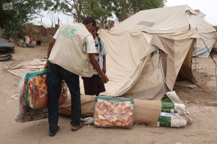 بدعم سعودي..توزيع مساعدات إيوائية للنازحين في الخوخة بالحديدة (صور)