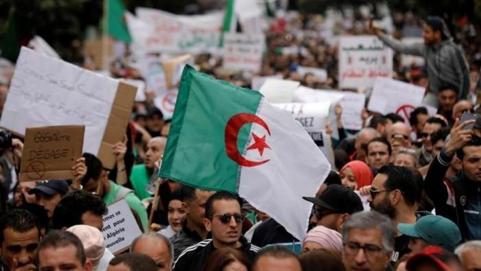 على خطى السودان.. متظاهرو الجزائر يطالبون بمرحلة انتقالية