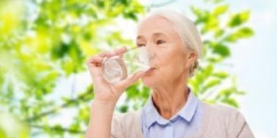 """هذه النصائح.. تعالج مشكلة """"الجفاف"""" لدى كبار السن"""