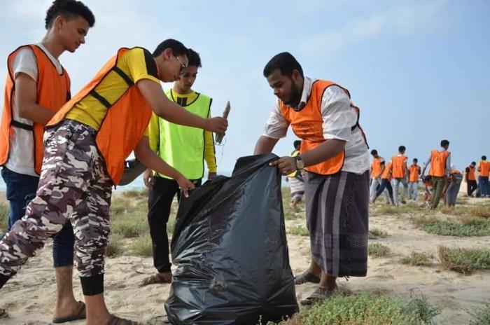 بمشاركة طلاب الثانوية.. مبادرة نظافة موسعة في شاطئ الستين بالمكلا (صور)
