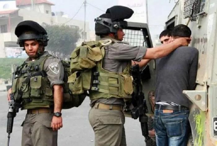 اعتقال 12 فلسطينيًا من قبل سلطات الاحتلال بالضفة الغربية
