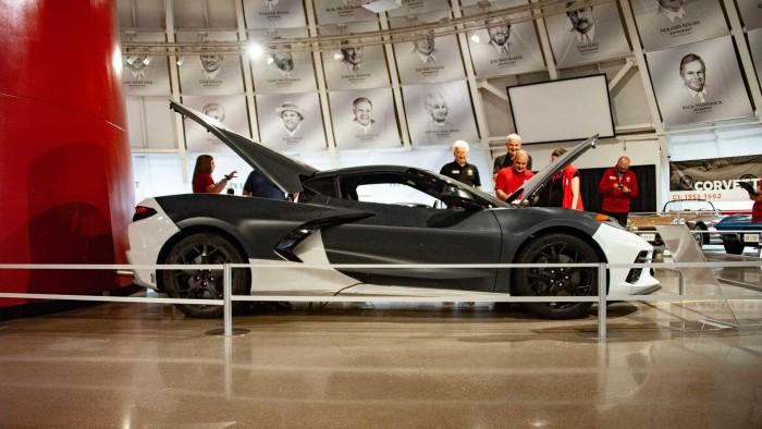 شيفروليه تفاجأ زوار متحفها بسيارة كورفيت C8 الرياضية