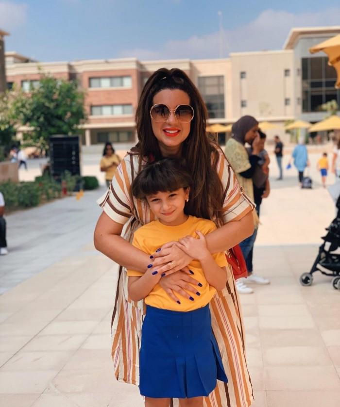 أسما منير تنشر صورها بصحبة ابنتها في أول يوم دراسة