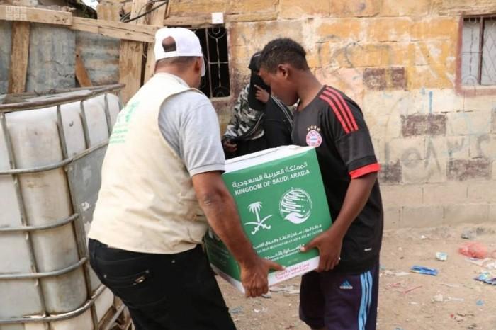 بدعم سعودي.. توزيع 3 آلاف سلة غذائية بعتق (صور)