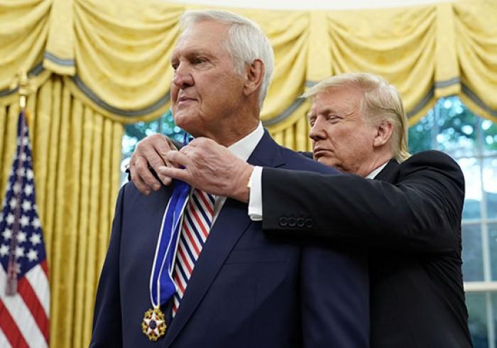 """(صور).. ترامب يمنح لاعب السلة """"ويست"""" وسام الحرية الرئاسي"""