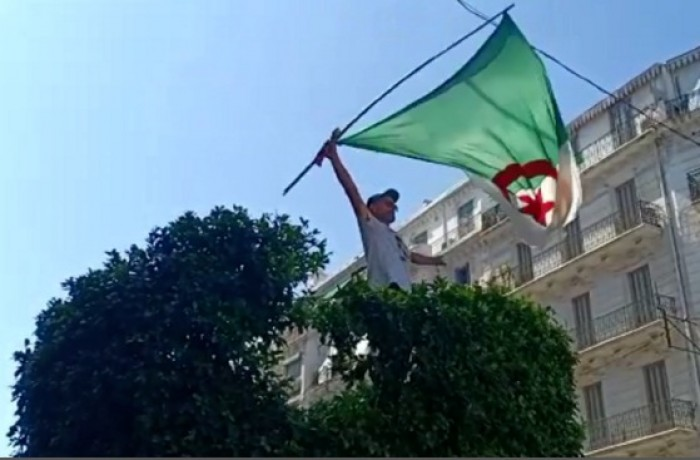 مظاهرات جزائرية بعد الدعوة لتنظيم الانتخابات الرئاسية قبل نهاية السنة
