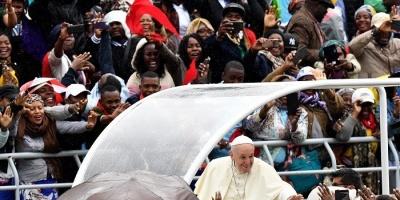 بابا الفاتيكان يلتقي مصابي الإيدز بموزمبيق