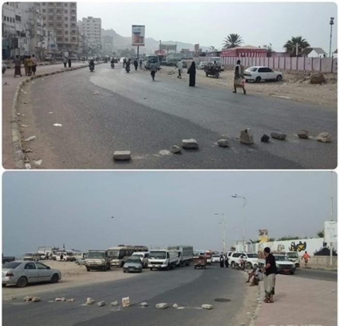 قطع شوارع رئيسية في المكلا احتجاجا على انقطاع التيار الكهربائي
