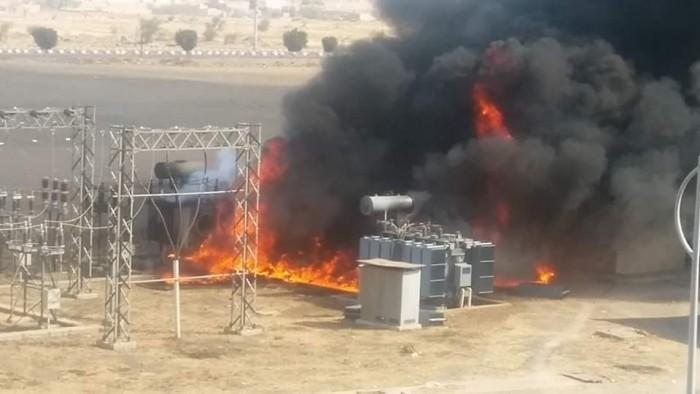بعد فشل تشغيلها.. مليشيا الحوثي تعرض محطات الكهرباء الحكومية للبيع
