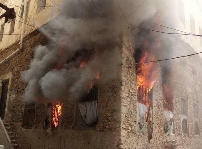 اندلاع حريق هائل بأحد المنازل في حي السلام بالمكلا (صور)