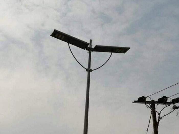 تركيب أعمدة إنارة بالطاقة الشمسية في شوارع عدن الرئيسية (صور)