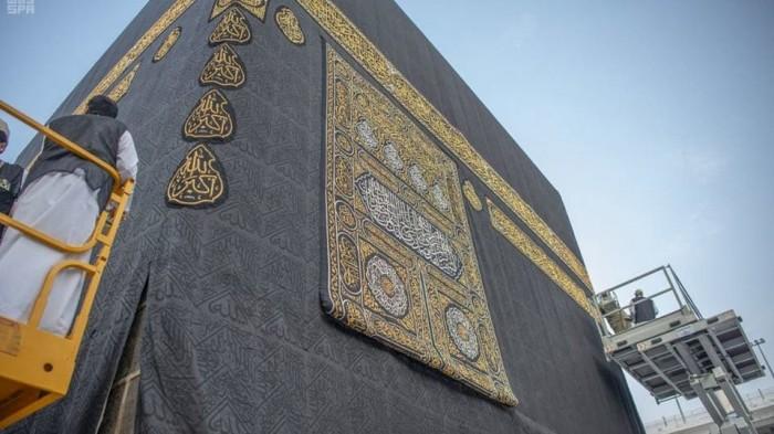 السعودية.. شؤون المسجد الحرام تباشر إسدال ثوب الكعبة المشرفة