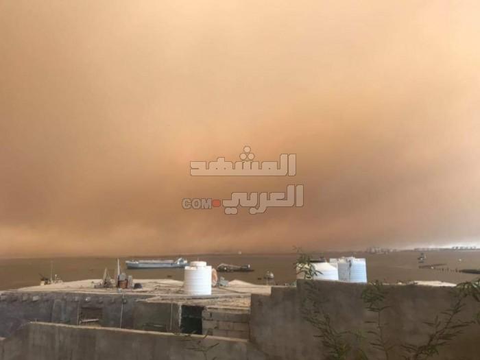شاهد..موجة غبار شديدة تضرب مديريات العاصمة عدن (فيديو وصور)