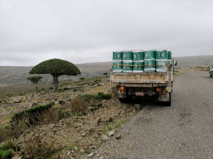 بدعم سعودي..توزيع 370 سلة غذائية في سقطرى (صور)