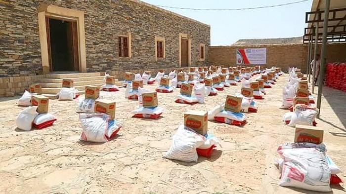 بدعم إماراتي..توزيع 1000 سلة غذائية في دوعن بحضرموت