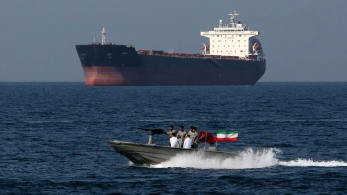 إيران تلجأ إلى حيلة تغيير أسماء ناقلاتها وتبيع النفط بالبحر