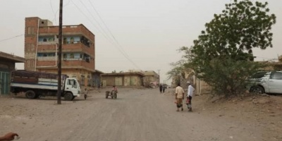 مليشيا الحوثي تقصف منازل المواطنين بحيس.. وإصابة امرأة بجروح
