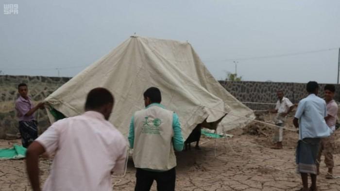 توزيع مساعدات إيوائية على النازحين من الحديدة (صور)