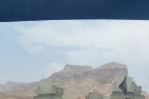 الشرعية تتسلم آليات عسكرية وتضع أعلام القاعدة عليها لاقتحام الجنوب (صور)