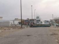احتجاجا على انقطاع الكهرباء.. مواطنون يقطعون الخط الدولي بمدينة الحامي (صور)