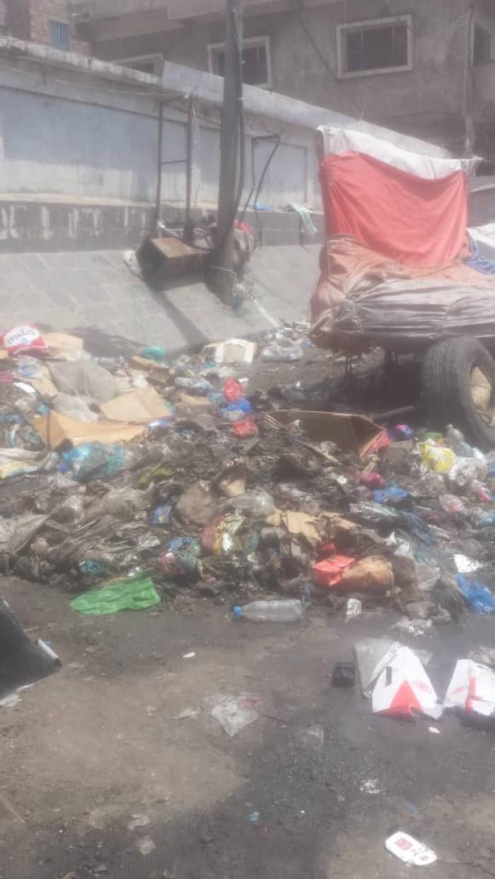 بسبب إضراب عمال النظافة.. شوارع تعز تتحول إلى مقالب قمامة (صور)
