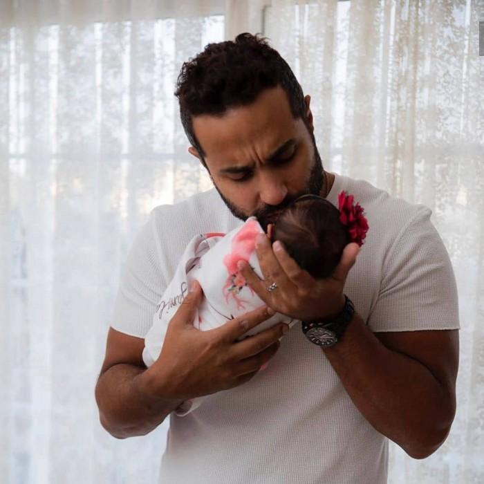 بالصور.. جلسة تصوير تجمع كريم فهمي بأصغر بناته