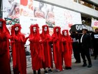 بالصور.. نشطاء المناخ بلندن يحتجون ضد أسبوع الموضة