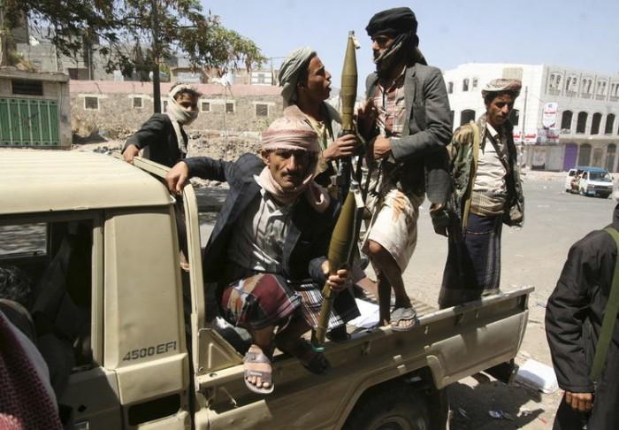 مليشيات الإخوان باللواء 22 ميكا تقتحم منزل مواطنة في تعز