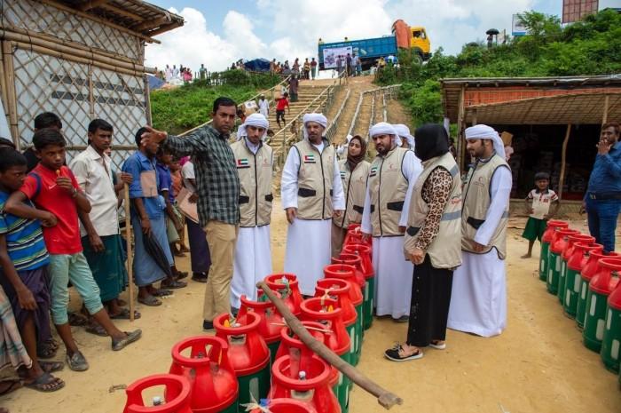 الهلال الأحمر الإماراتي يوزع المساعدات الإغاثية على اللائجين الروهينجا