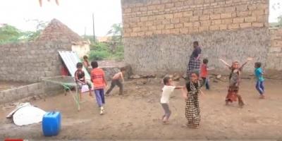 الهلال الإماراتي يغيث الناجين من قصف المليشيات على حي سكني في حيس (فيديو)