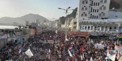 المشاركون بوقفة المكلا يعلنون مطالبهم ويهددون بالتصعيد حال تجاهلها