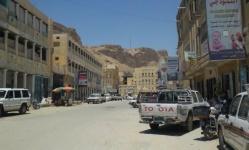 قوات المنطقة الأولى تقتحم مقر الانتقالي في القطن وتنهب مساعدات الشهداء