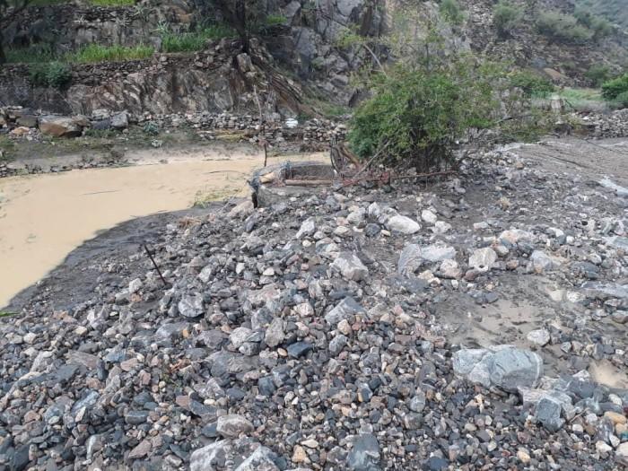 بسبب السيول..تضرر طرق جبلية بعدد من مناطق ردفان