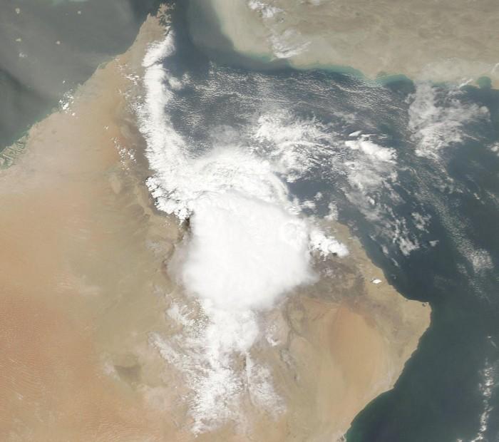 """الأرصاد: إعصار """"هيكا"""" يضرب ساحل محافظة الوسطى العمانية"""