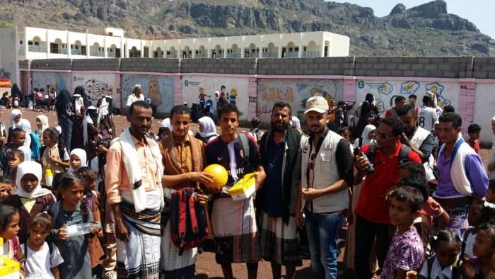 هلال الإمارات يوزع حقائب مدرسية على أبناء شهداء مسيمير (صور)