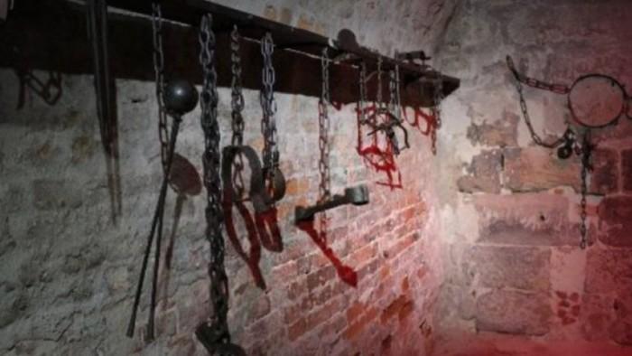 """""""مُعذِّب الفتيات يعود من جديد"""".. قيادي حوثي يفتك بسجين (القصة الكاملة)"""