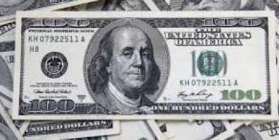 الدولار يتهاوي أمام معظم العملات الرئيسية بفعل الاضطرابات السياسية