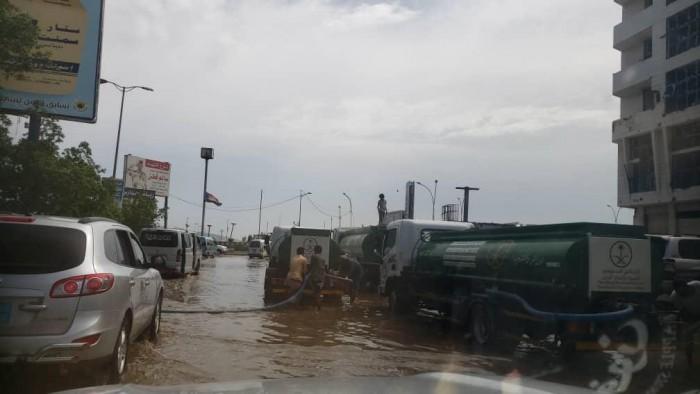 البرنامج السعودي للتنمية والإعمار يوفر سيارات لشفط مياه الأمطار بعدن (صور)