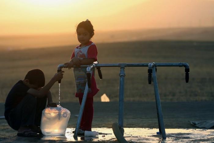 """عبث """"الشرعية"""" في مياه عدن.. صنابير حكومية تُدِر فسادًا"""