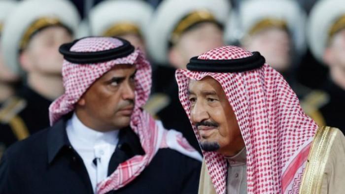 الجارالله يُجيب.. من يتولى منصب الحارس الشخصي للملك سلمان؟