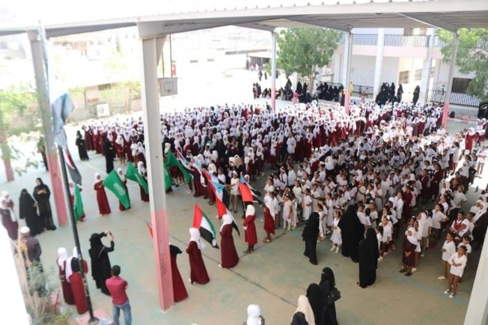 طالبات مدرسة الصديق بالمعلا يرددن النشيد الجنوبي (صور)