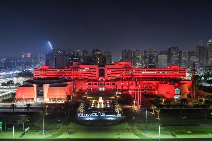 بمناسبة اليوم الوطني السبعين.. مبنى مدينة أبوظبي يضئ بألوان العلم الصيني