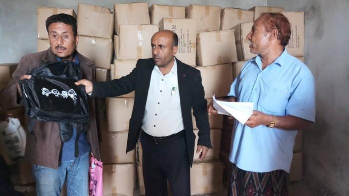 بدعم من اليونيسيف..تدشين توزيع الحقيبة المدرسة في الحصين بالضالع