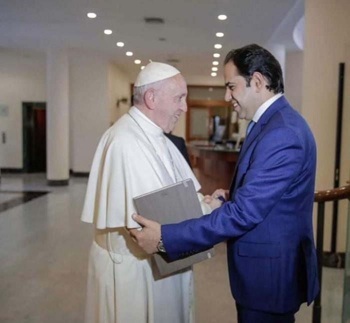 مستشار سابق لشيخ الأزهر يحصل على أرفع تكريم من بابا الفاتيكان