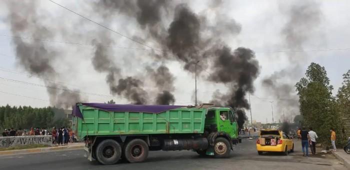 متظاهرون عراقيون يضرمون النار في مكتب فضائية ببغداد